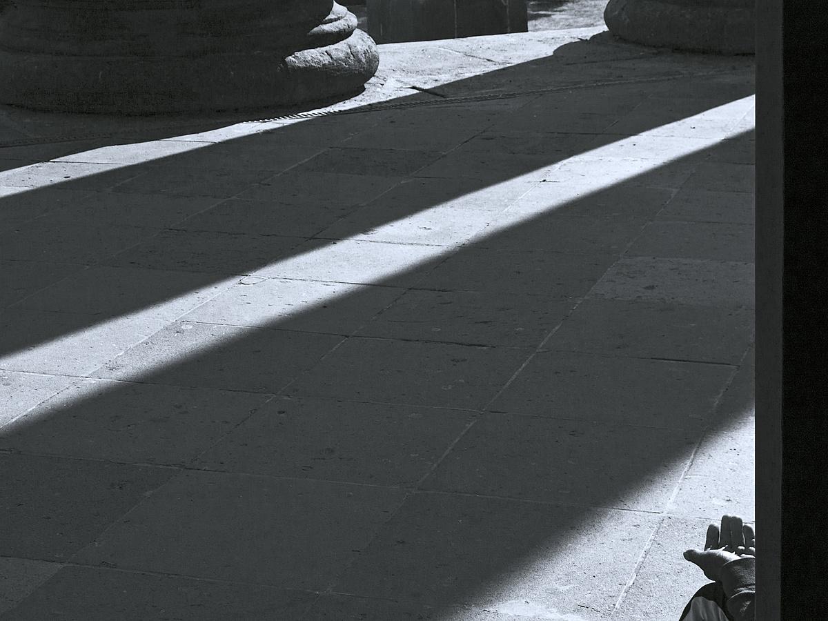 Ember a kövek között