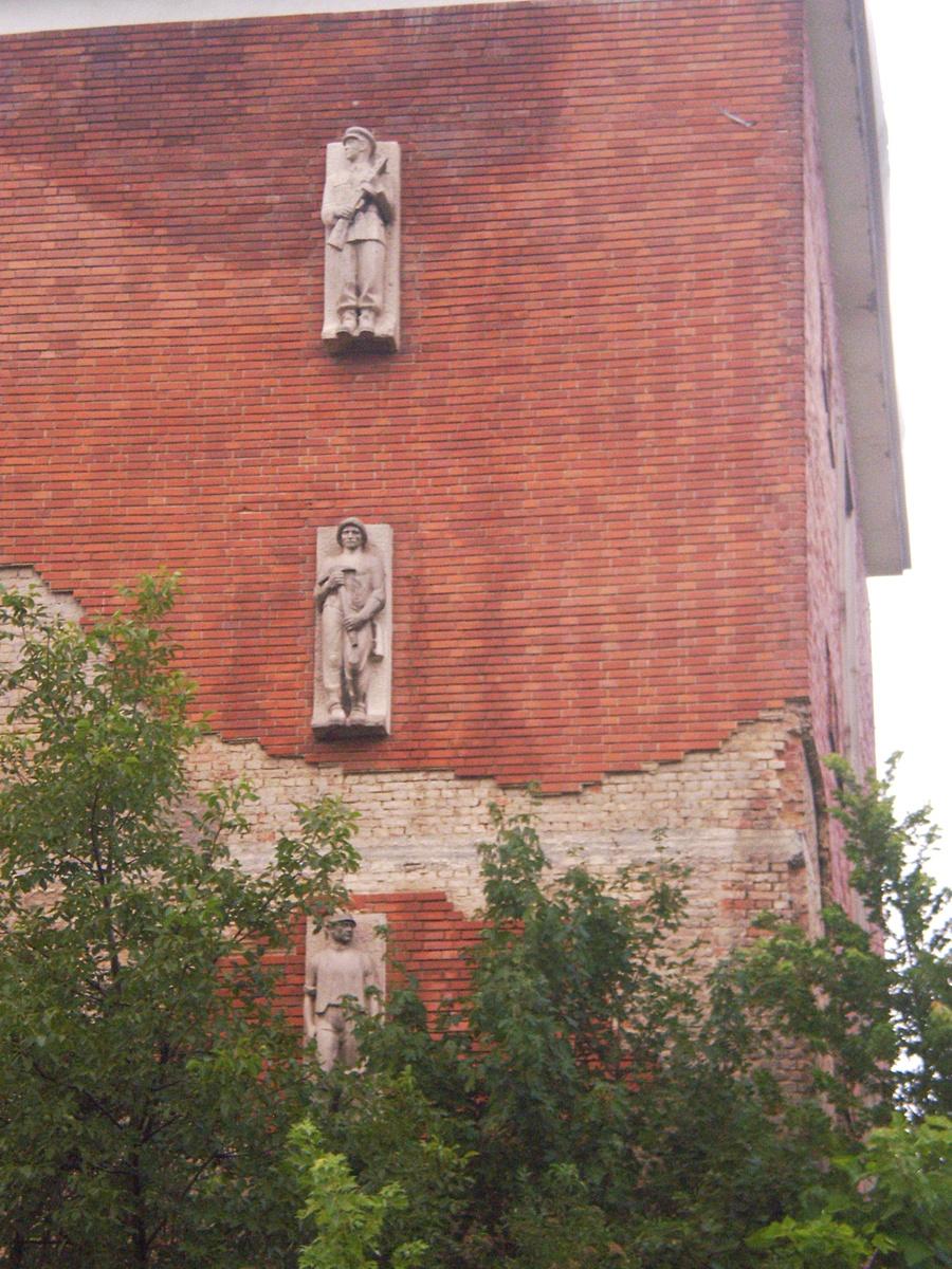 az egykori Zrínyi (ÁPER) laktanya legénységi épületének szobrai