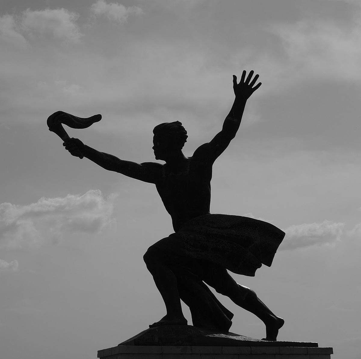"""""""A népet  túléli a szobor."""""""