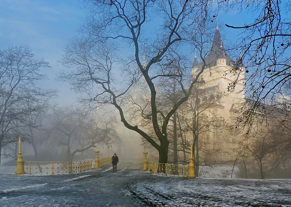 Lassan oszló köd
