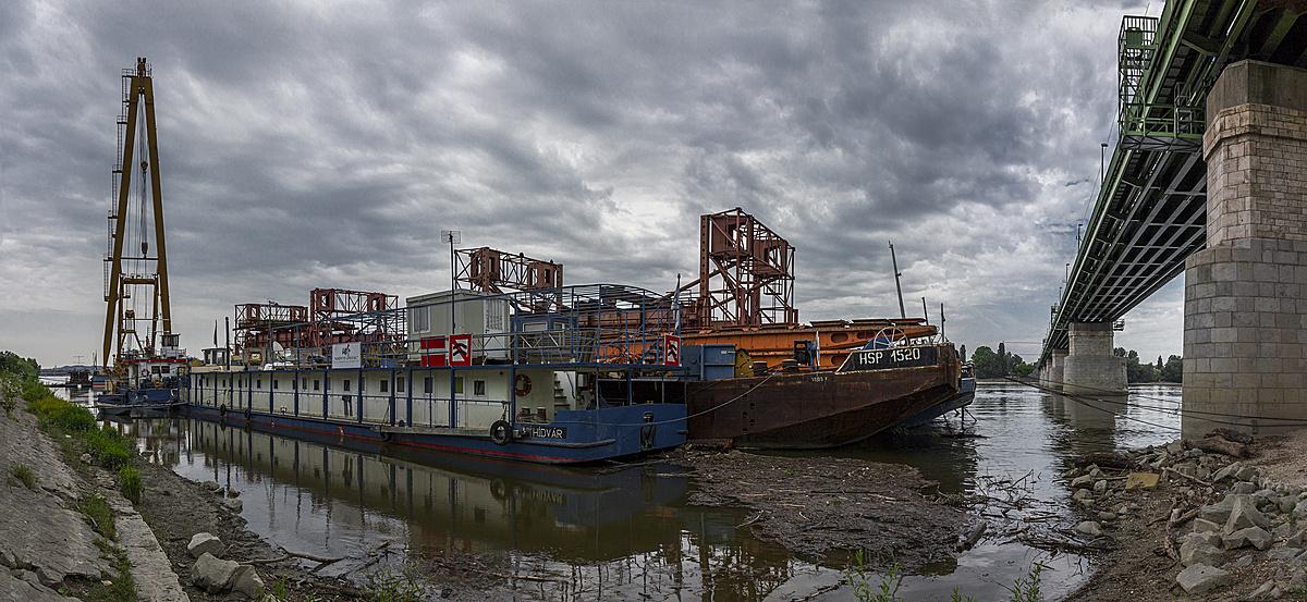 Hídépítő uszályok dokkja