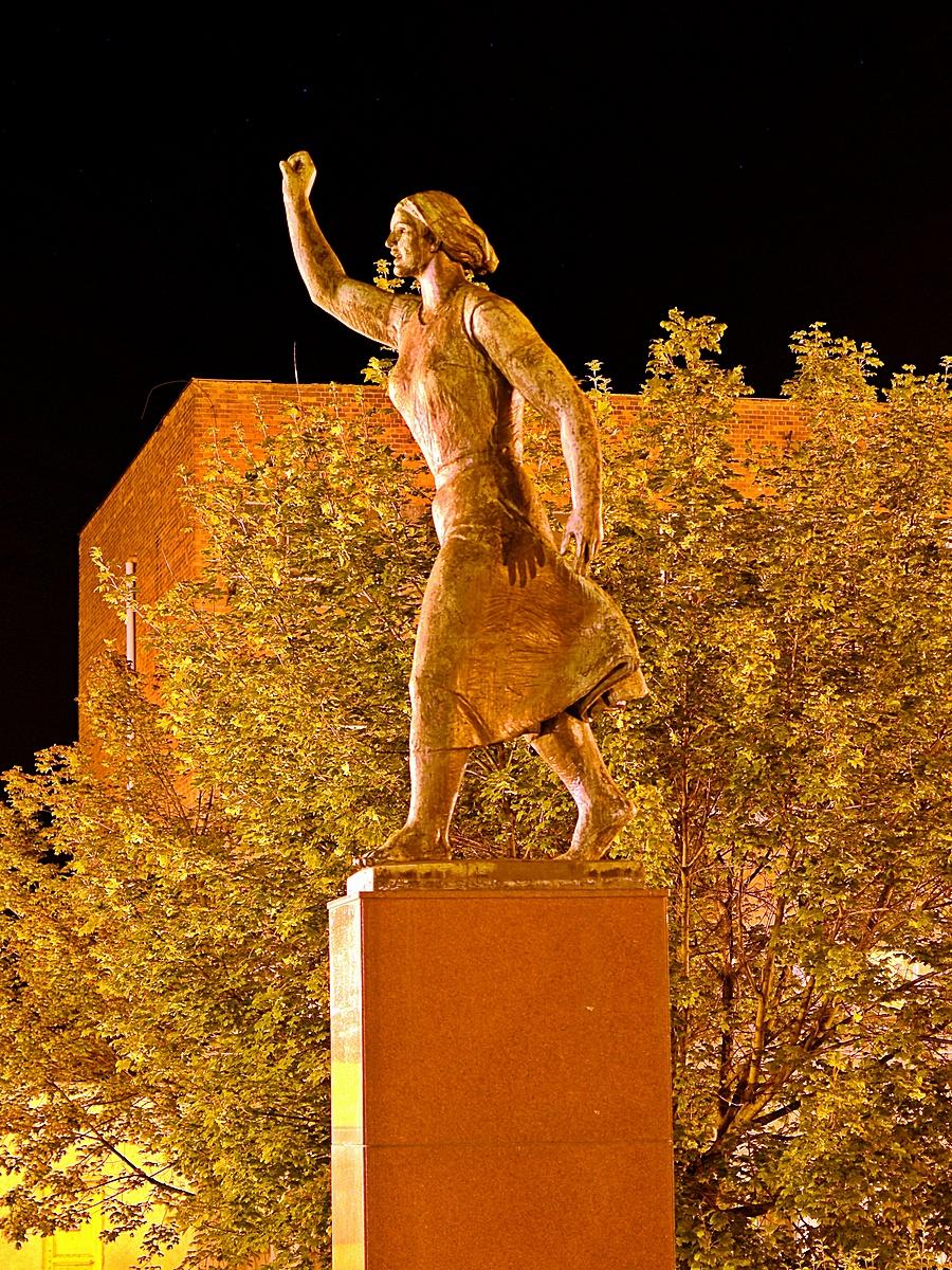 Felszabadulási emlékmű (Bronz mariska)