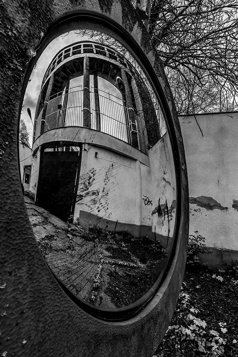 Görbe tükörben