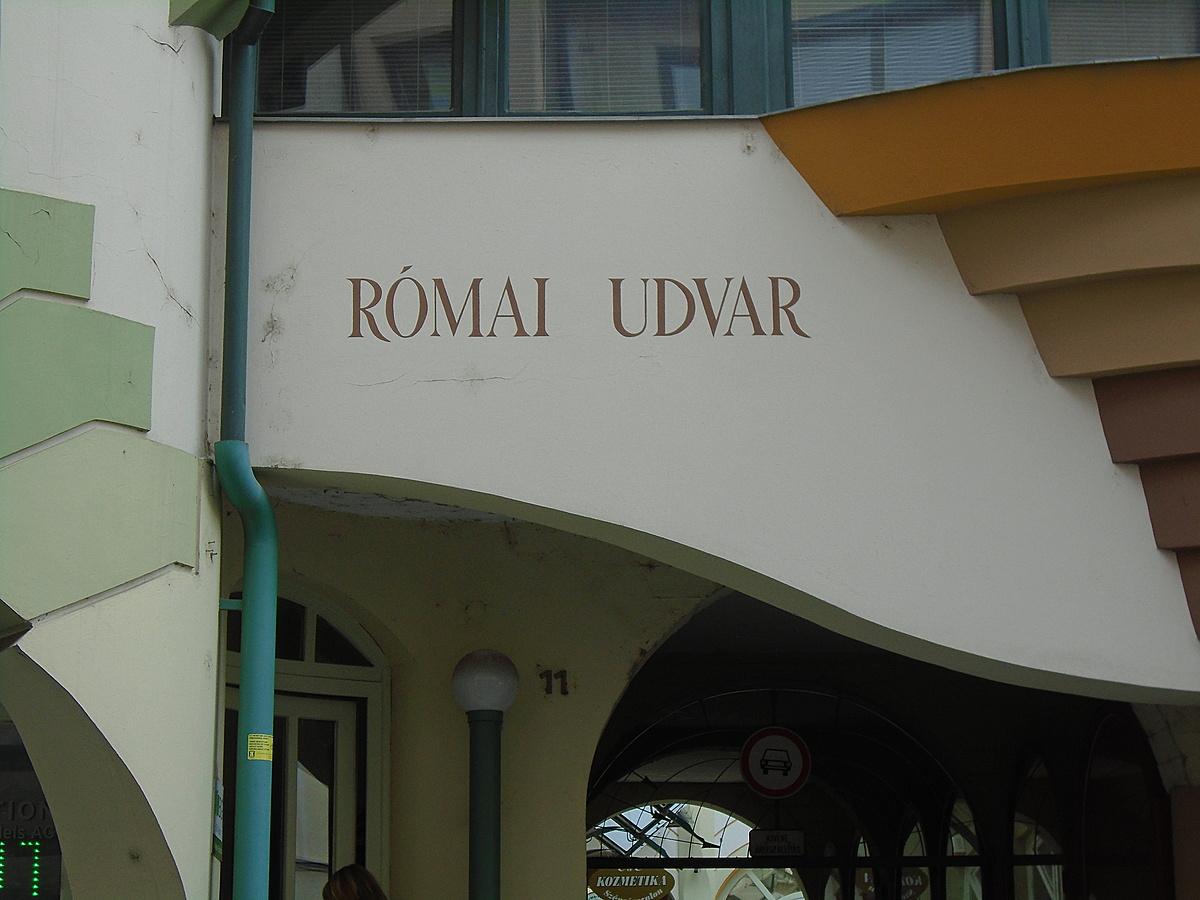 Modern római kori udvar