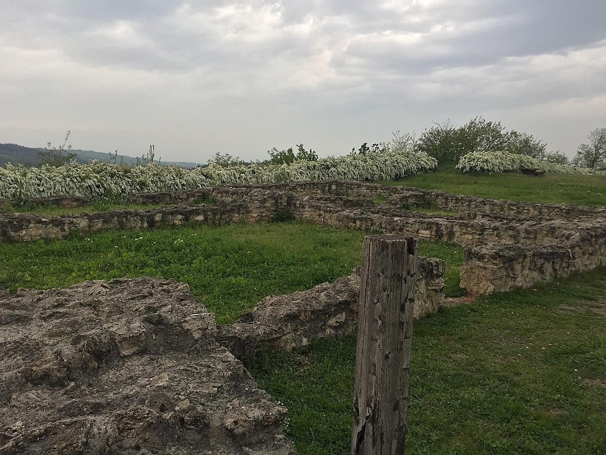 Romok mellett állva