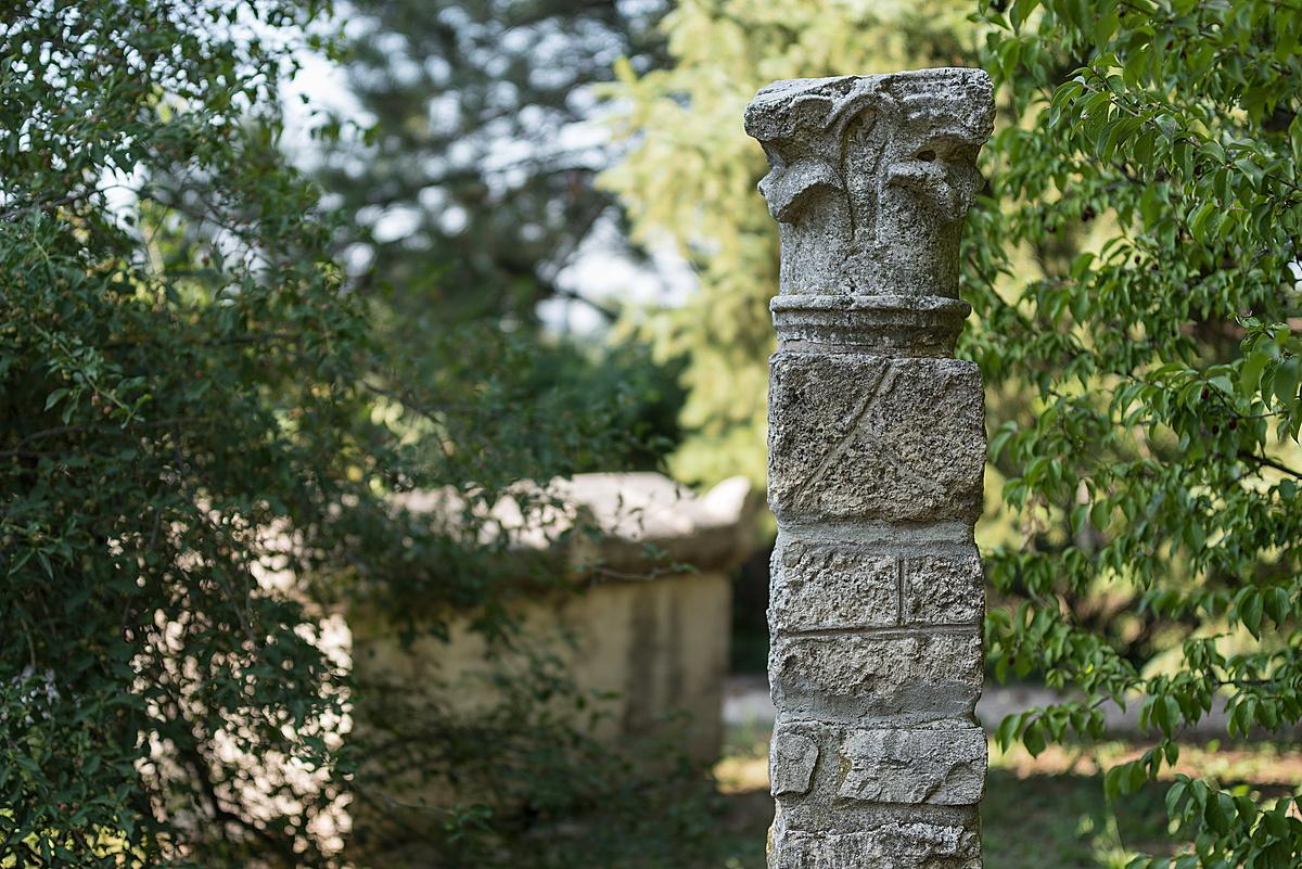Akanthusz levelekkel díszített oszlopfő