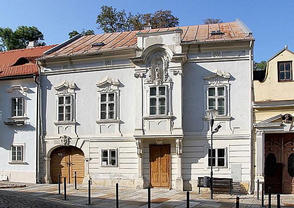 Mária-szobros lakóház