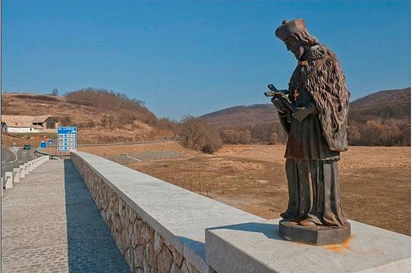Nepomuki Szent János-szobor a Madách-hídon