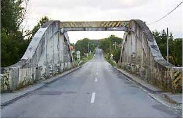 Íves vasbeton közúti híd