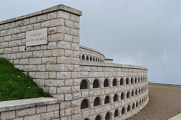 Első világháborús katonatemető és emlékmű
