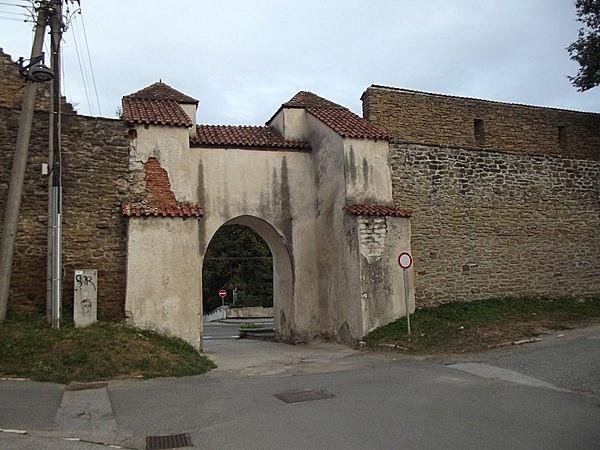 Ménhárdi-kapu