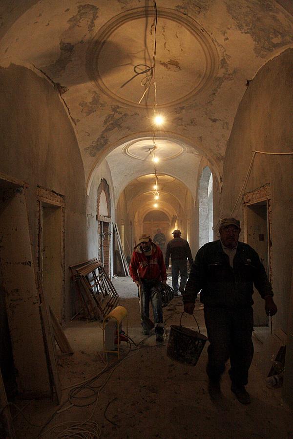 http://www.muemlekem.hu/images/magazin/20091211godollofalrest/004.jpg