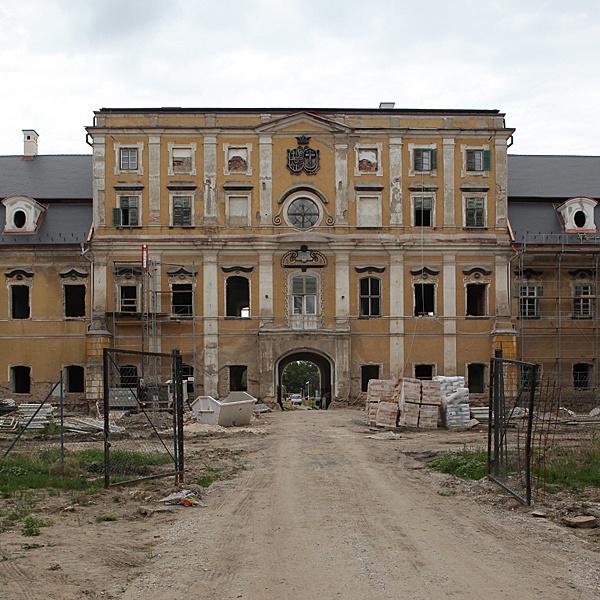 http://www.muemlekem.hu/images/magazin/20100704edelenykastely/ciml.jpg