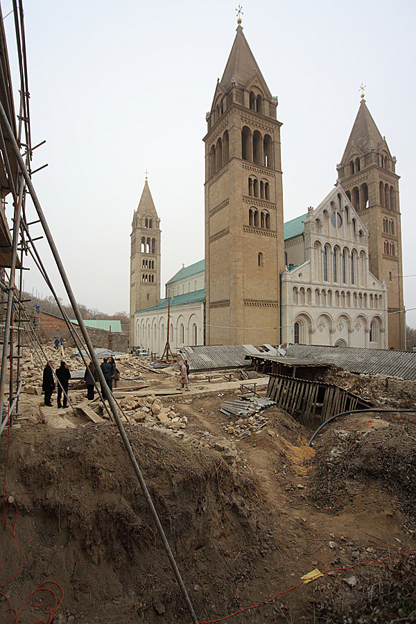http://www.muemlekem.hu/images/magazin/20111201pecsvarfal/02.jpg