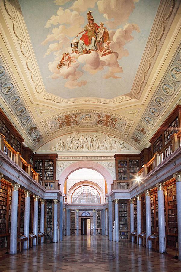 http://www.muemlekem.hu/images/magazin/20120126vilagorokseg/konyvtarallo.jpg
