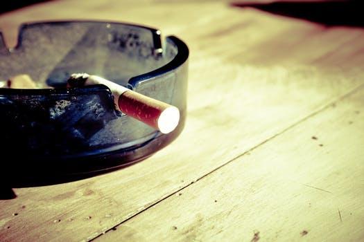 Vergessene, noch glühende Zigaretten können lebensgefährliche Brände auslösen (Symbolbild).
