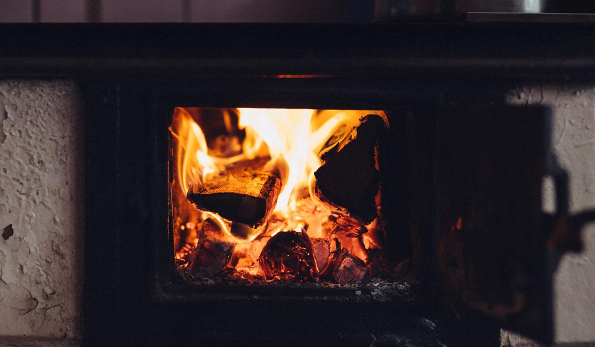 CO entsteht z.B. durch glühende Kohlen wie in einem Ofen. Undichte Öfen können hier eine Gefahr darstellen