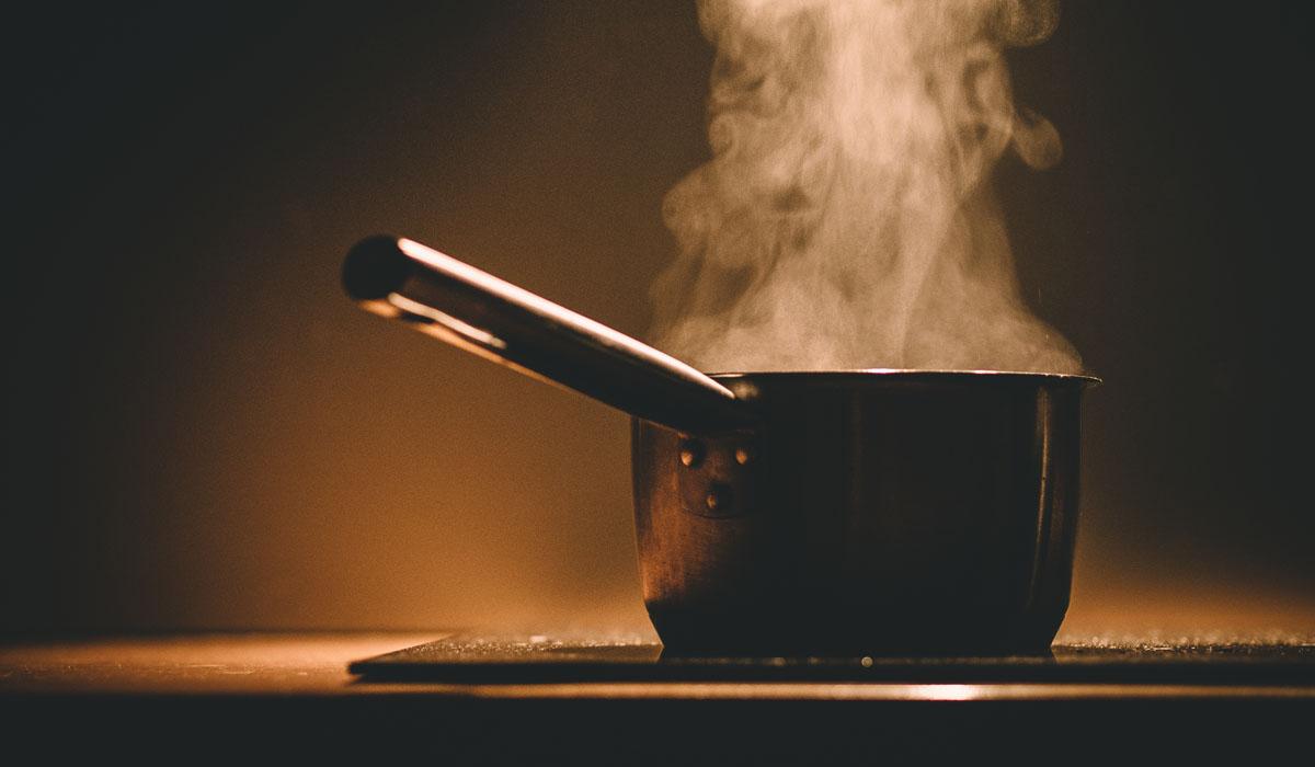 Unachtsamkeit in der Küche kann fatale Folgen haben. Hier verhindern Rauchmelder häufig Schlimmeres.