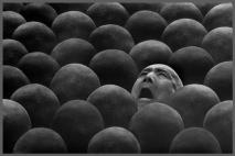 ״האדם נבלע בהמון״
