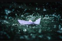 סירה קטנה במים.