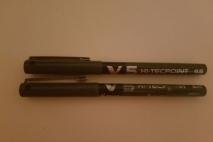 מסמנת V (חמש) על עוד עט