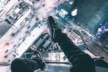 רגליים באוויר על הגג