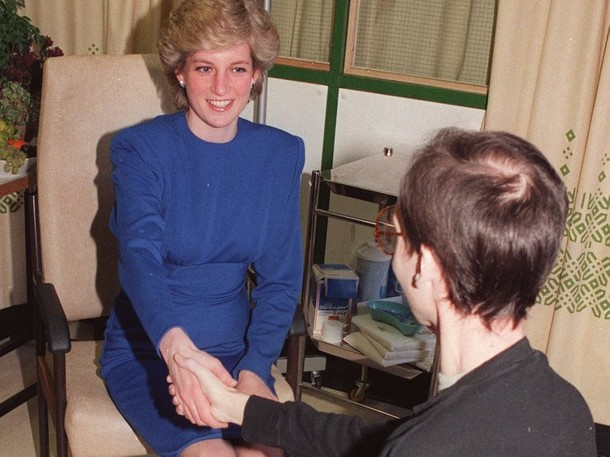 הנסיכה דיאנה לוחצת יד לאיש עם איידס (AIDS)