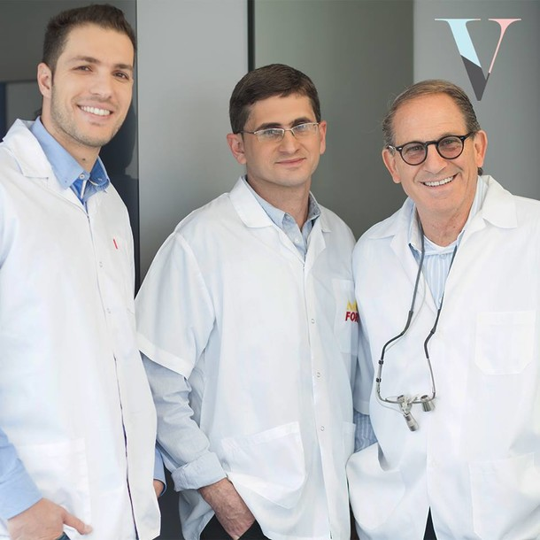 "ד""ר ויז'נסקי (מימין) עם צוות המרפאה"