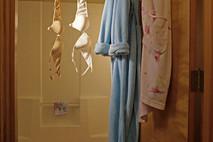 חזיות על ווילון אמבטיה