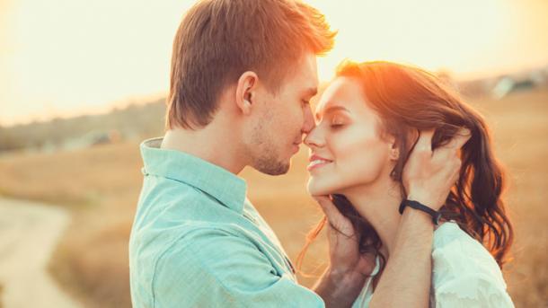זוכר איך היינו מתנשקים והשיער שלך היה נוגע לי בפה, איך תמיד היית מחייכת