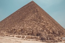 הפירמידה הראשונה / הנעלם הגלוי