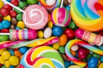 קערה מלאה בסוכריות צבעוניות