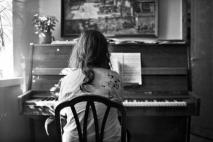 הבחורה מחנות כלי הנגינה.
