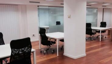 Mesa en gran espacio abierto_img