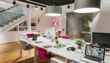 Mesa en estudio de publicidad_img