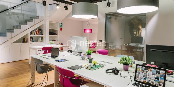 Mesa en estudio de publicidad_image