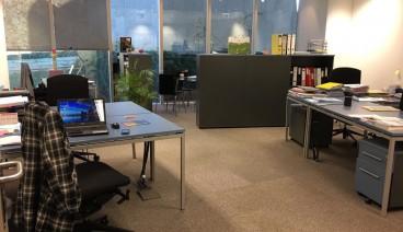 Mesas de trabajo en despacho pequeño de sólo dos empresas_img