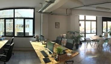 Mesa en estudio luminoso y diáfano_img