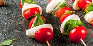 Brochetas de cherry, queso fresco y aceitunas
