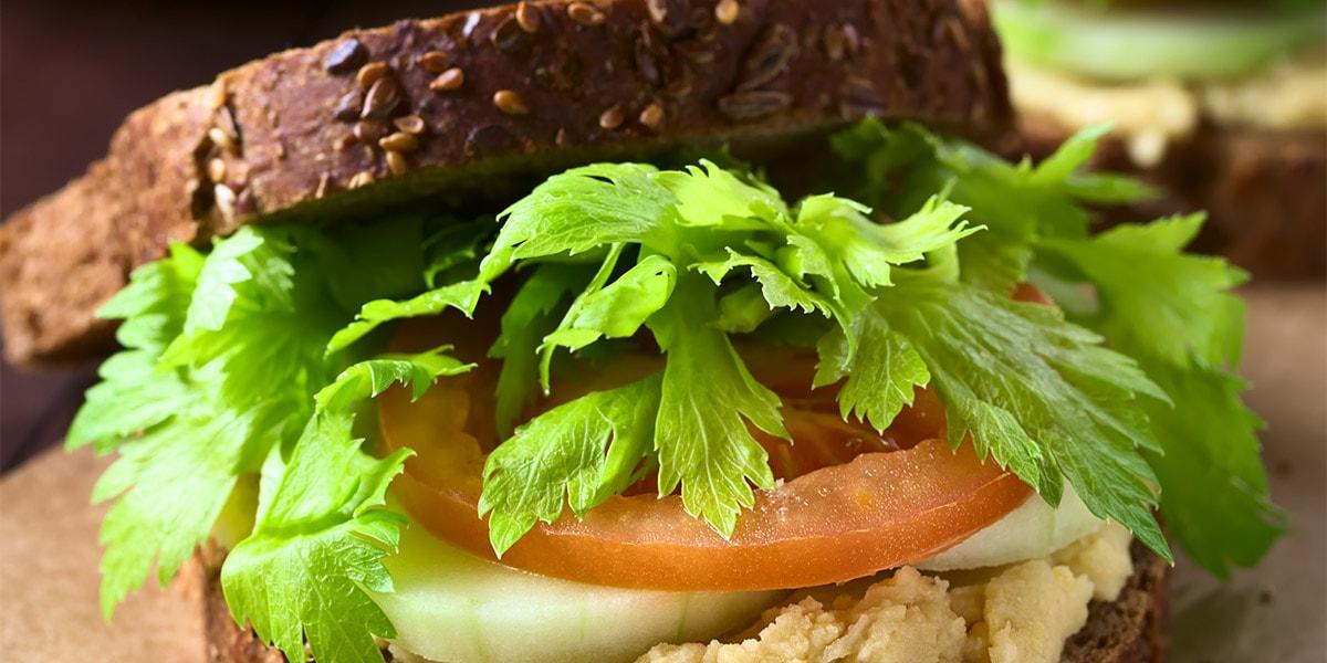 Bocadillo de hummus con verdura