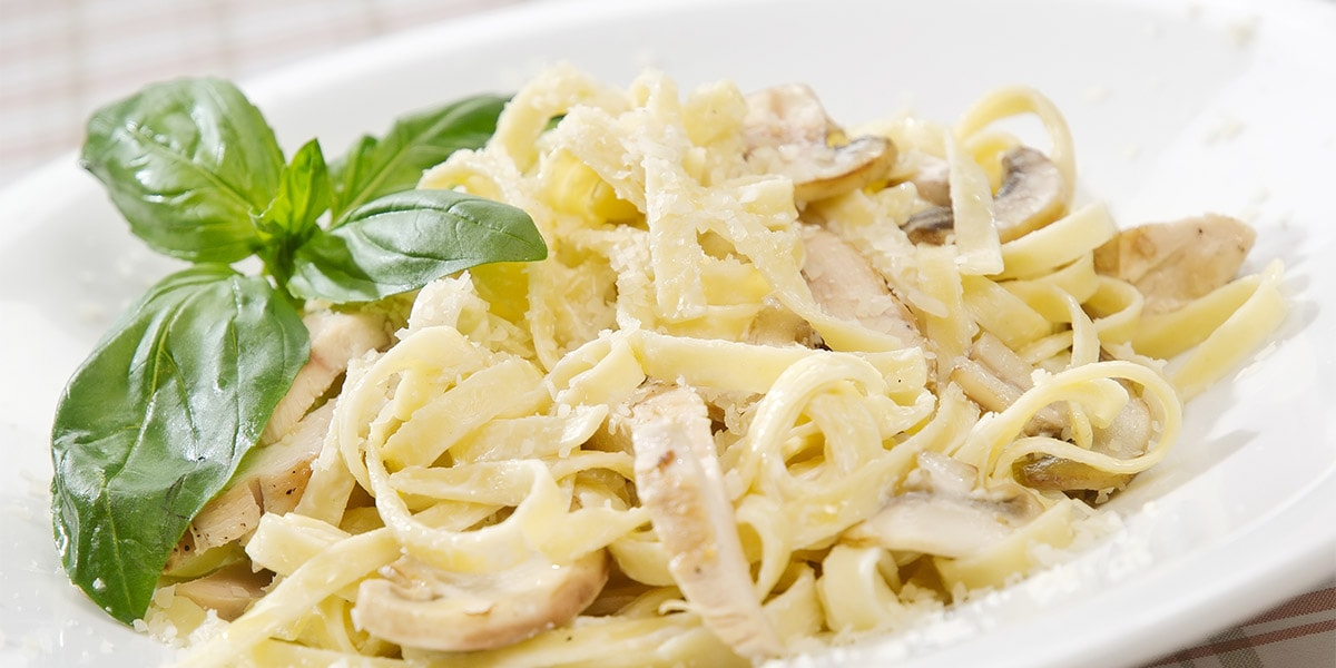 Espaguetis con pollo, salsa de yogur y curry