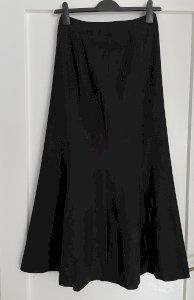Crna, duga, svečana suknja