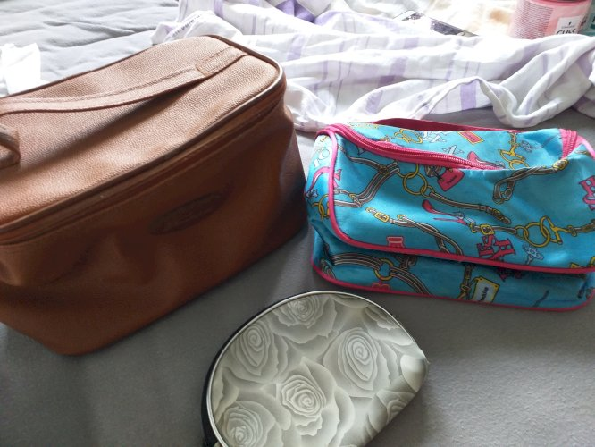 lot Nesseseri i torbica za kistovesminku