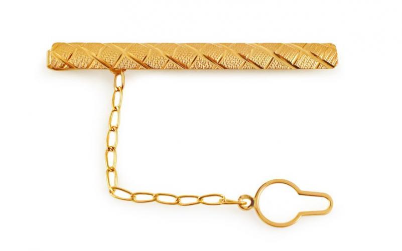 Zlatá spona na kravatu s matováním a gravírováním IZ11212