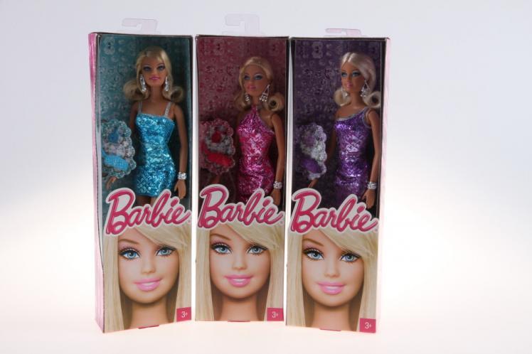 Barbie v třpytivých šatech