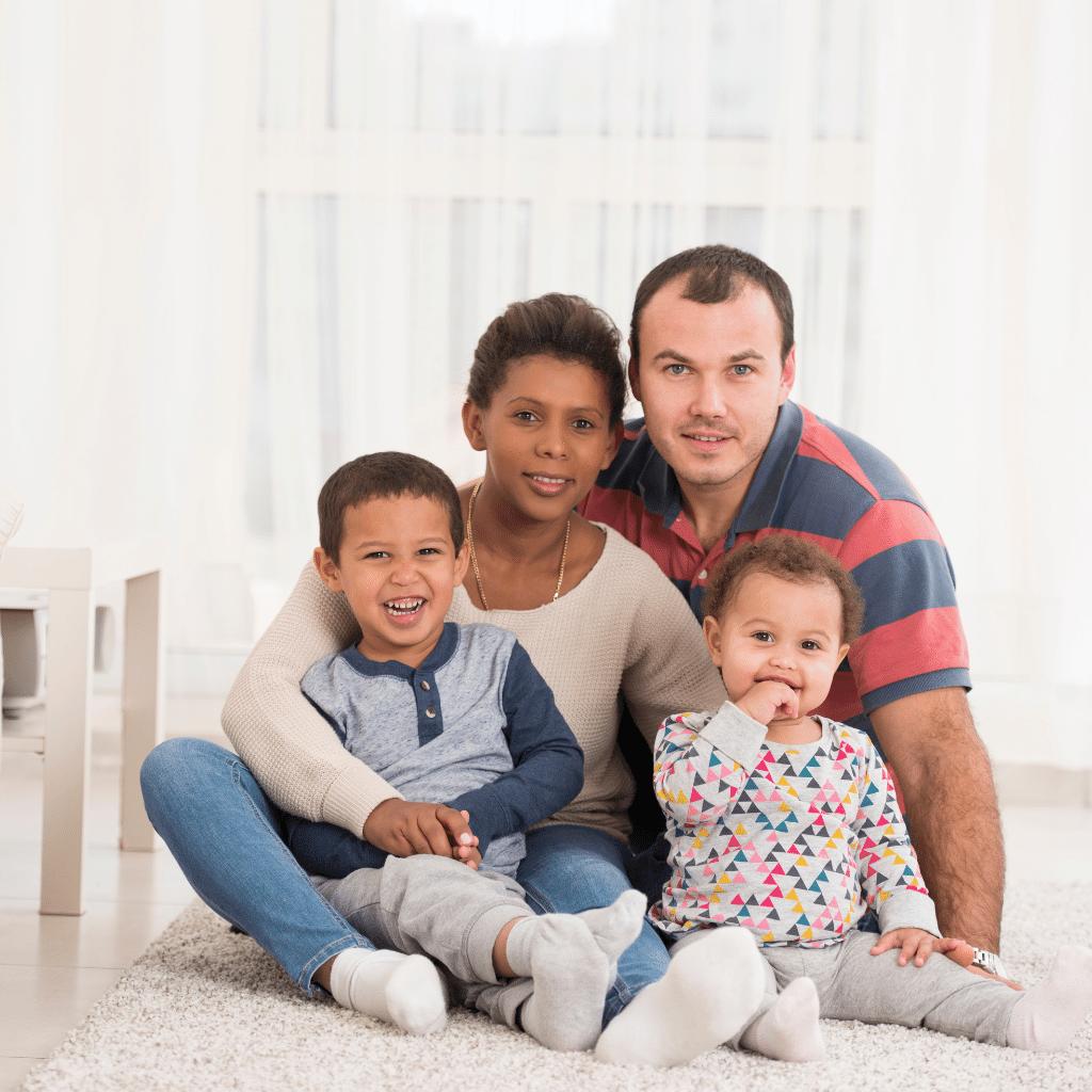 La famille recomposée : un des parents avec un ou plusieurs enfants d'une première union avec une autre personne avec qui le parent est en couple, pacsé ou marié. Cette personne peut elle aussi avoir des enfants d'une première union.