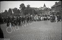 La foule suit le convoi