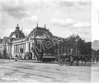 Devant le Petit Palais