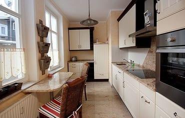 die Küche mit Geschirrspüler, Backofen, Essplatz