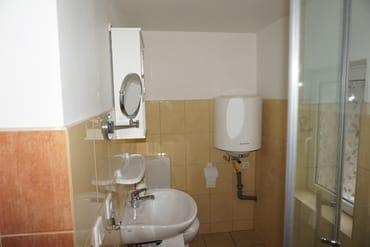 ... die Dusche / Toilette mit Außenfenster und Warmwasserboiler